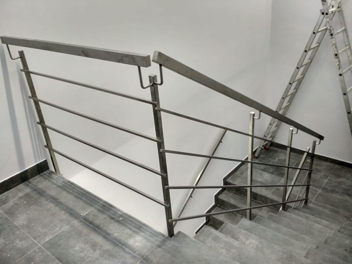 balustrada nierdzewna przy schodach