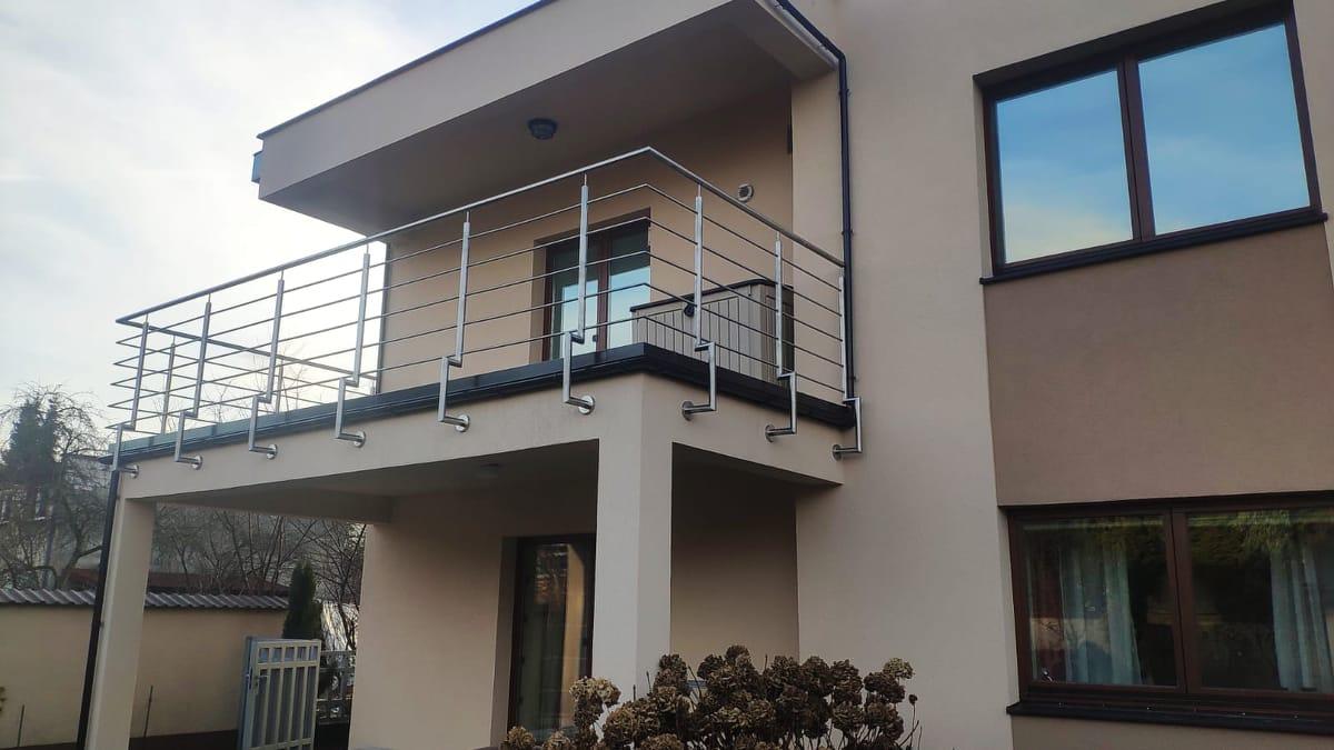 Realizacja balustrady ze stali nierdzewnej na balkonie